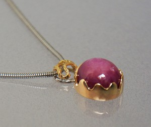 star ruby pendant with yellow and white gold