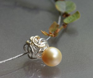 knot made from silver and gold with tahiti pearl